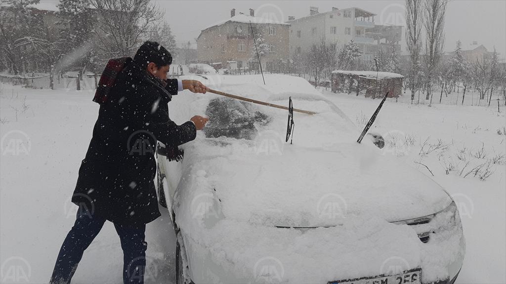 Adana'nın Tufanbeyli ilçesinde kar yaşamı olumsuz etkiliyor