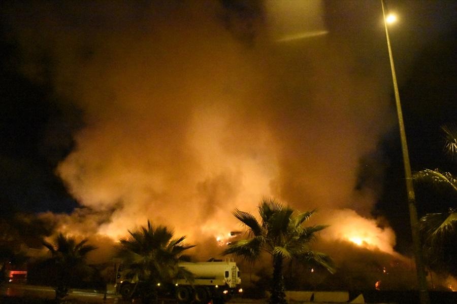 Adana'da pamuk yağı fabrikasındaki yangın soğutma çalışmaları sırasında yeniden başladı