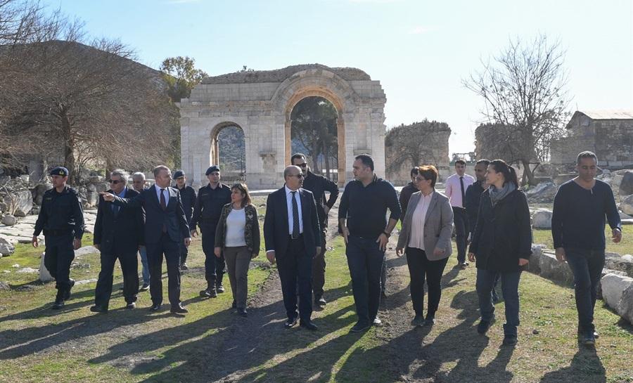 Vali Demirtaş Ceyhan Ve Kozan İlçelerinde Bulunan Tarihi Alanlarda İncelemelerde Bulundu