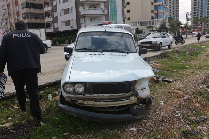 Adana'da polisten kaçarken otomobiliyle iki araca çarpan şüpheli aranıyor