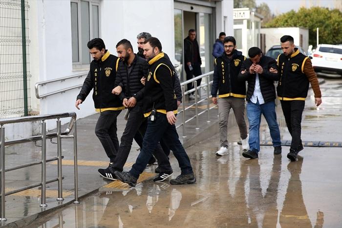 Adana'da genç kızın telefonunu çalan iki şüpheli tutuklandı