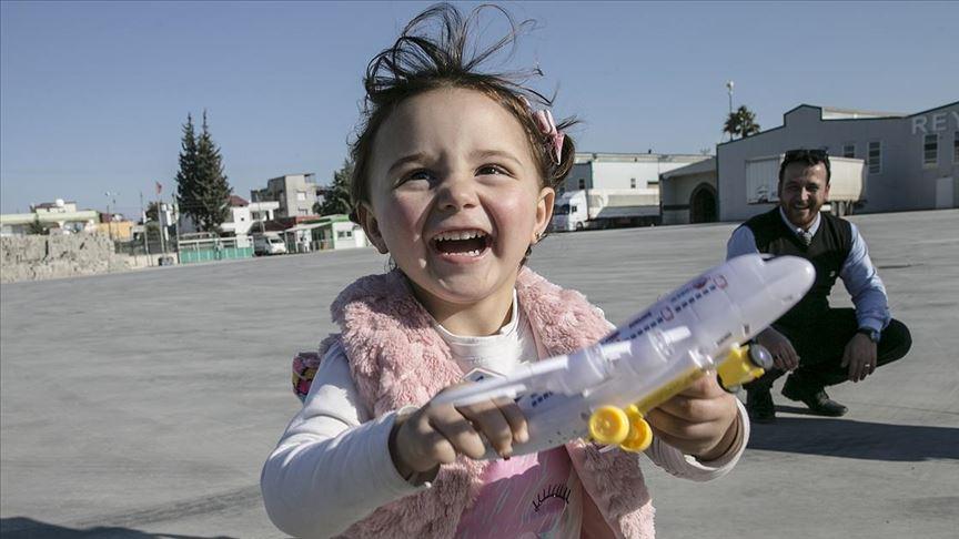 Suriye'de 'savaş oyunu' oynayan Selva Türkiye'de gerçek oyuncaklara kavuştu