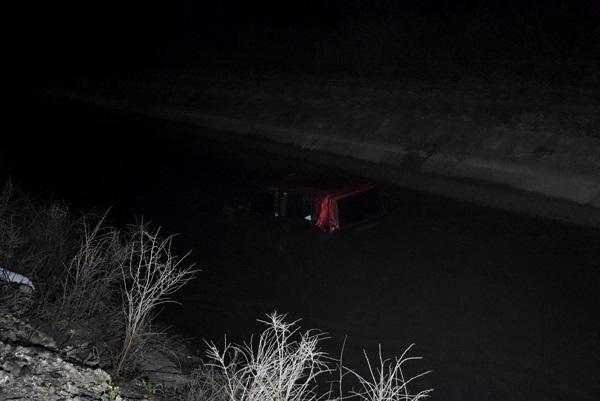 Adana'da hafif ticari araç sulama kanalına devrildi
