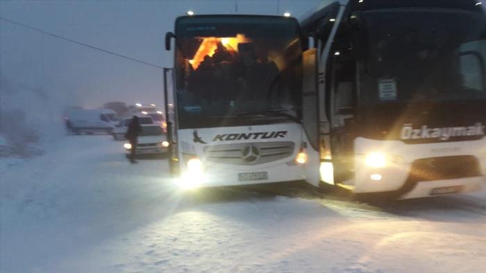 İç Anadolu'yu Akdeniz'e bağlayan Sertavul Geçidi'nde yoğun kar yağışı ulaşımı aksatıyor
