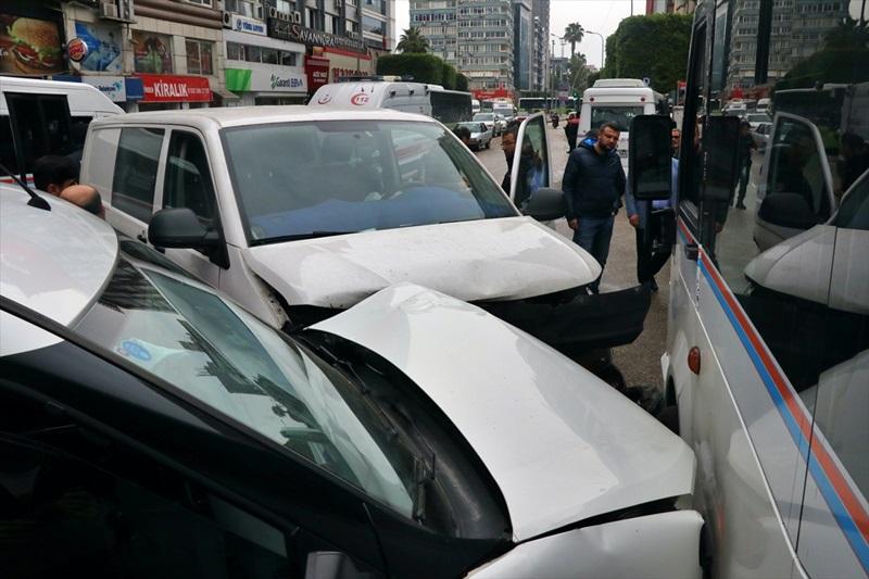 Adana'daki trafik kazasında ikisi polis 3 kişi yaralandı
