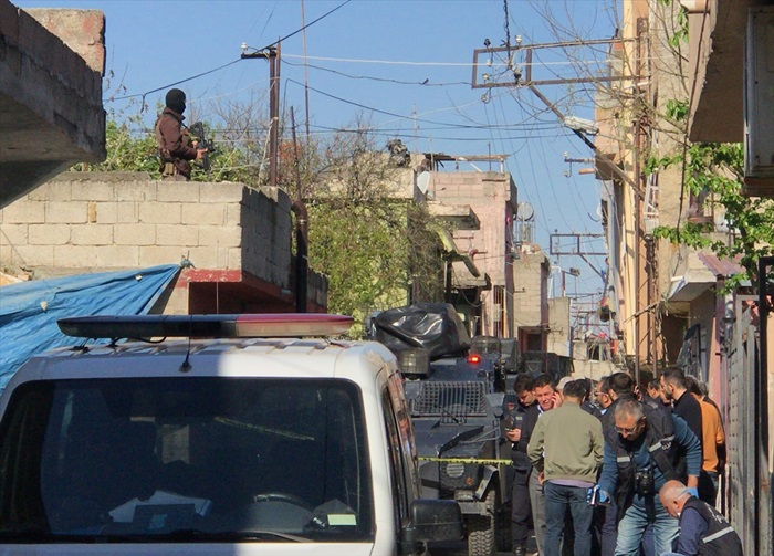 Adana'da polisi bıçaklayan şüpheli silahla bacağından vurulup yakalandı