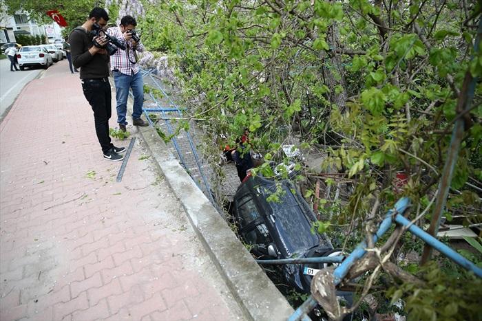 Adana'da otomobil evin bahçesine devrildi: 2 yaralı