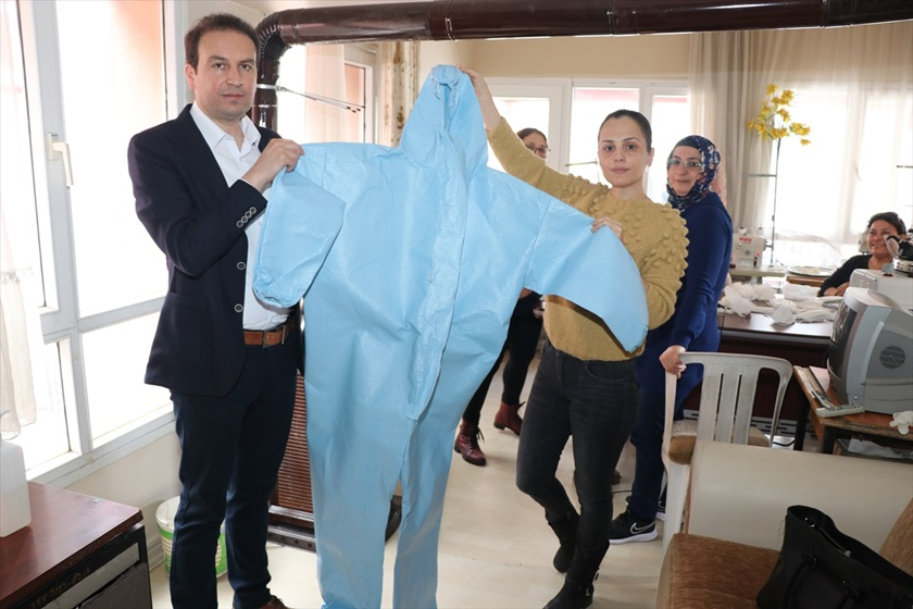Adana'da usta öğreticiler, günde 300 tıbbi maske ve koruyucu kıyafet üretiyor