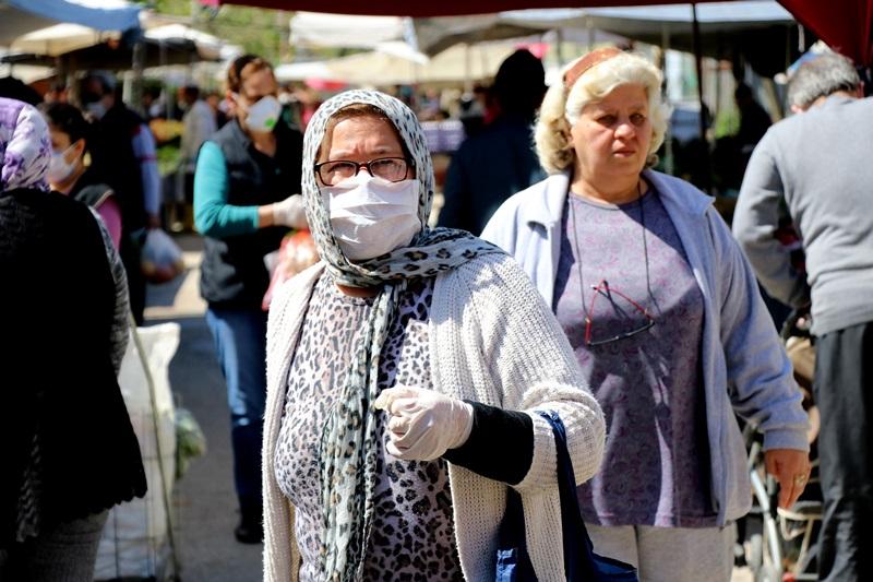 Adanalılar pazarda maske takma zorunluluğuna uymadı