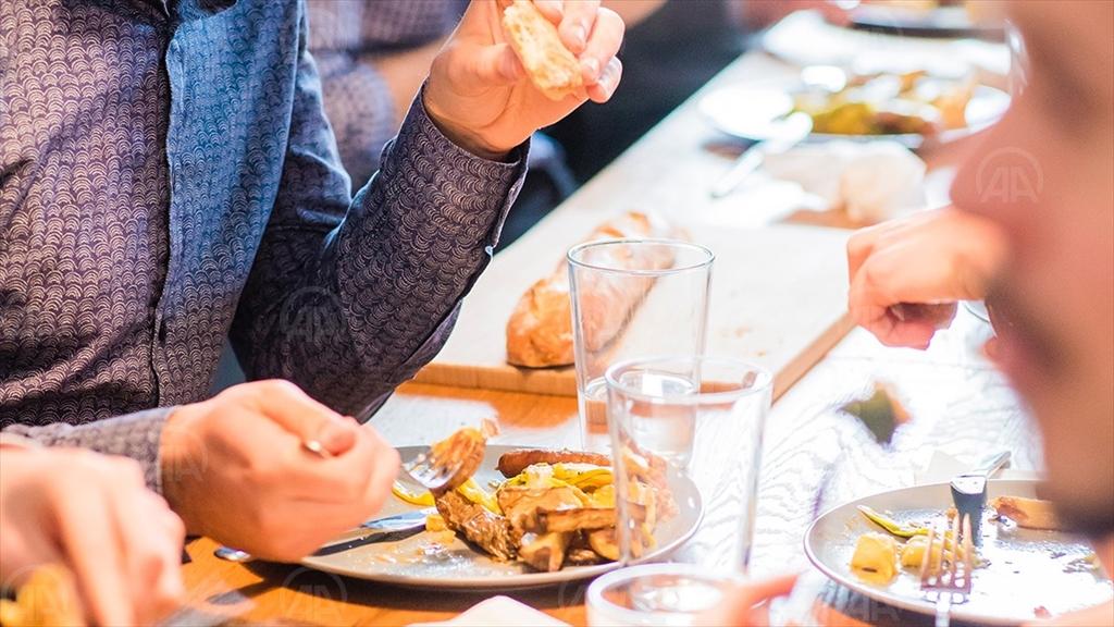 'Kilo almamak için yemeklerinizi televizyon karşısında değil masada tüketin'