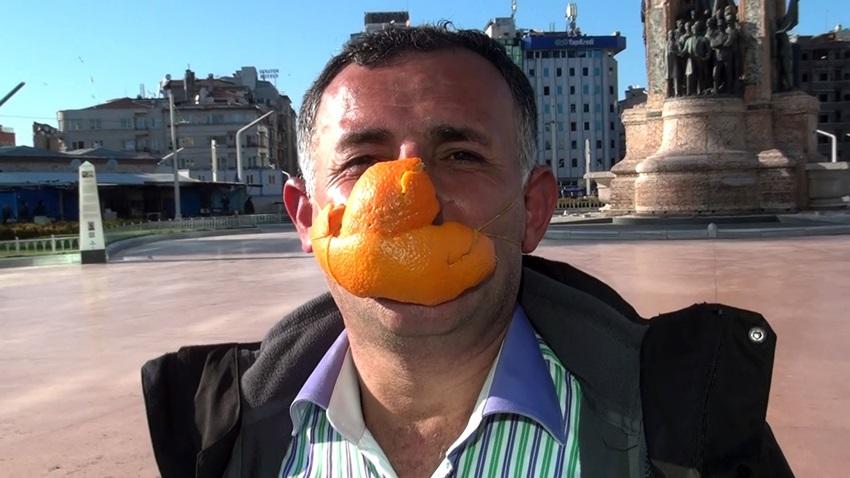 Portakal kabuğundan maske yaptı..