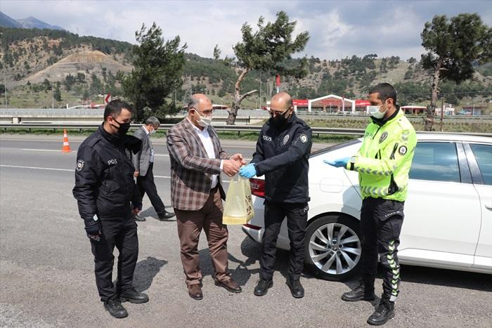 Polislerin günlerini kutlayan Başkan Çay, ekiplere baklava ikramında bulundu.