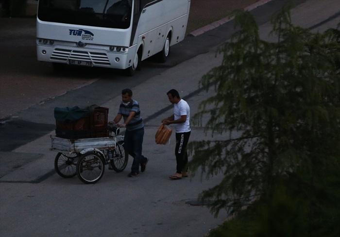 Adana'da evlerin kapısında ekmek satışı