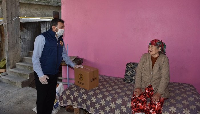 Adana'da sağanaktan etkilenen vatandaşlara gıda kolisi desteği