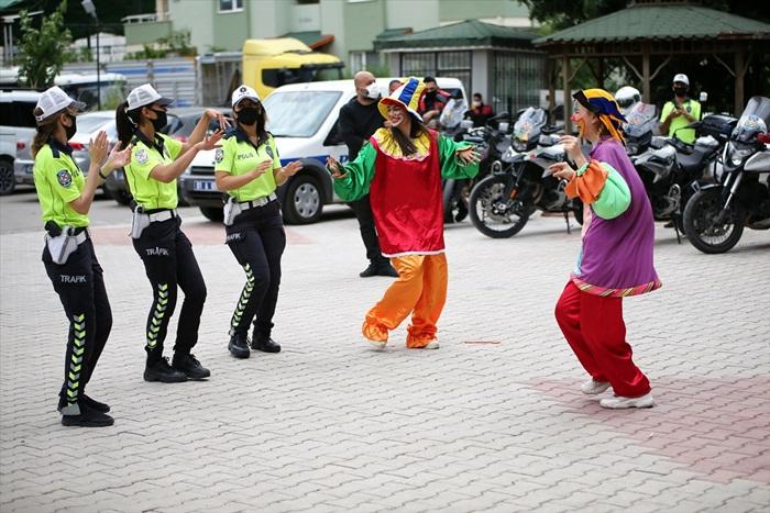 Adana'da polisten evlerindeki vatandaşlara eğlenceli Ramazan Bayramı kutlaması