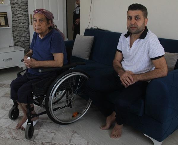Sokağa atılan yaşlı kadına oğlu sahip çıktı