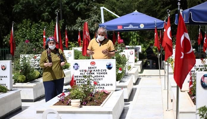 Adana'da şehit aileleri, şehitlikleri ziyaret etti