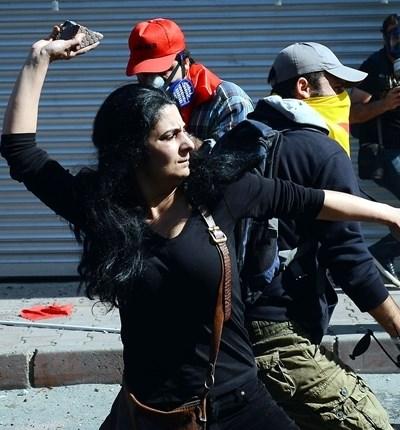 Göstericiler polisi taşladı