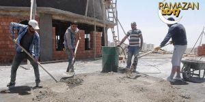 İnşaat işçilerinin iftara kadar süren sıcakla imtihanı