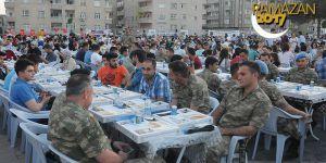 Mardin'de jandarma ve vatandaş iftarda buluştu