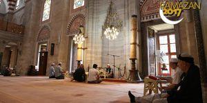 İtikafta İslam beldelerinin huzuru için dua ediliyor