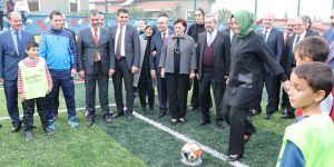Bakan Kaya çocuklarla futbol oynadı