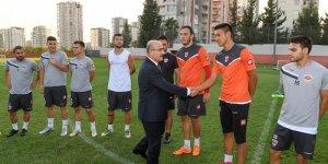 Vali Demirtaş, Adanaspor'lu Futbolcuları Osman Yereşen Tesislerinde Ziyaret Etti