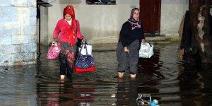 Hatay'da şiddetli yağış bentleri yıktı, ev ve ahırları su bastı