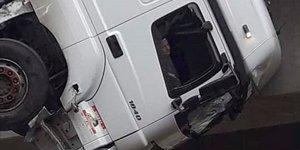 Viyadükte asılı kalan tırın sürücüsü kurtarıldı