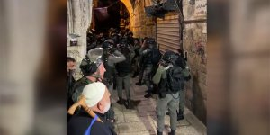 İsrail polisi Mescid-i Aksa'da nöbet tutan cemaate saldırdı