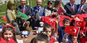 Vali Demirtaş; Çocuklarla Sohbet Etti, Oyuncaklar Dağıttı