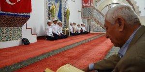 6 asırlık tarihi camide mukabele geleneğini genç hafızlar yaşatıyor