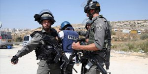İsrail AA kameramanının da aralarında bulunduğu 7 gazeteciyi gözaltına aldı