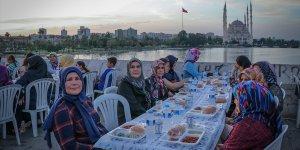 Adana'da tarihi Taş Köprü'de iftar..