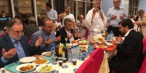 Bakan Çavuşoğlu, Mekke'de umrecilerle iftar etti.