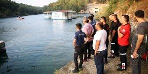 Adana'da Polis çocukları sulama kanalından çıkarıp havuza götürdü..