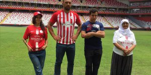 Antalyaspor'un yeni formalarını Başpehlivan Gürbüz tanıttı