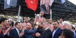 Kurtdereli Yağlı Güreşlerinde başpehlivanlık Ali Gürbüz'ün