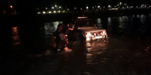 Irmakta araçlarıyla mahsur kalan aile itfaiye ekiplerince kurtarıldı