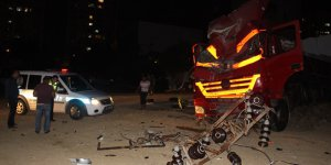 Adana'da freni tutmayan tır elektrik direğine çarptı