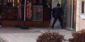Adana'da bankaya camını çekiçle kırıp girmeye çalışan kişi yakalandı