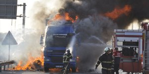 Suriye'ye oyuncak taşıyan tır, otoyolda yandı