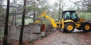 Pozantı'da kaçak yapılar belediye ekiplerince yıkıldı