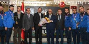 Türkiye üçüncüsü olan öğretmenler, Vali Demirtaş'ı ziyaret etti..