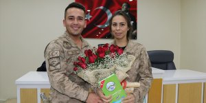Jandarma personeli çift, nikah törenine askeri üniformayla katıldı