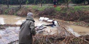 Adana'da sağanak nedeniyle suya kapılan kovanlar AFAD ekiplerince çıkarıldı