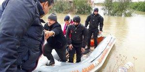 Su baskını nedeniyle evlerinde mahsur kalan çift ve köpekleri botla kurtarıldı