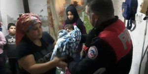 Adana'da polisler Suriyeli bebeğe yardım eli uzattı