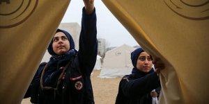 Suriyeli Fatmanur depremzedelerin yarasını sarıyor