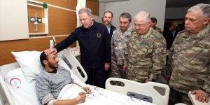 Milli Savunma Bakanı Akar yaralı askerleri ziyaret etti